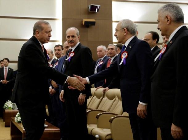 Cumhurbaşkanı Erdoğan Kılıçdaroğlu ile tokalaştı