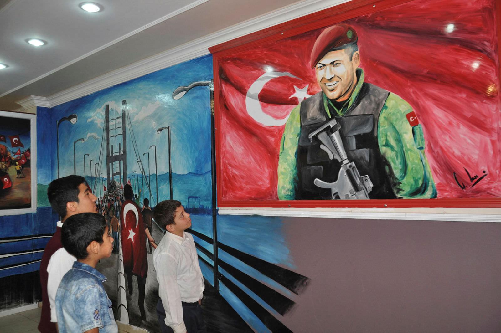 Resim Ogretmeni 15 Temmuz Kahramanlarini Okul Duvarina Resmetti