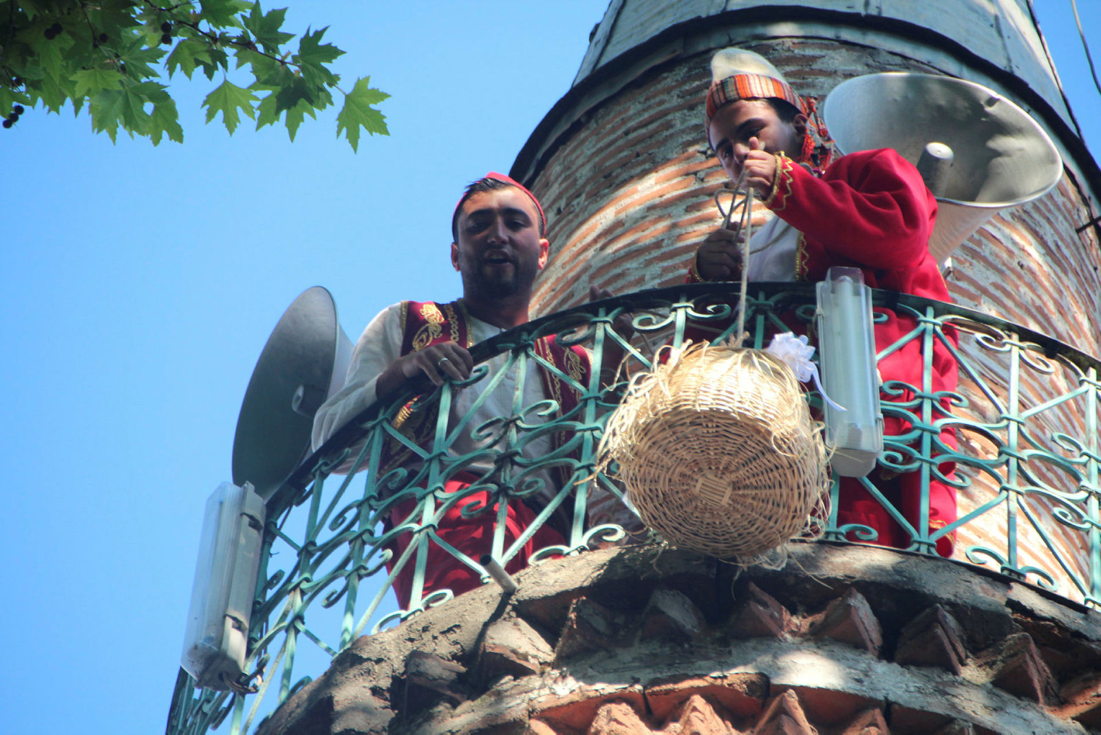 Osmanlı'dan gelen minare şerefesinden sepetle şeker sarkıtma geleneği sürüyor