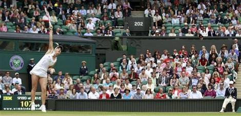 Wimbledon'da seribaşı raketler hız kesmedi