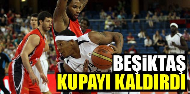 Beşiktaş kupayı kaldırdı