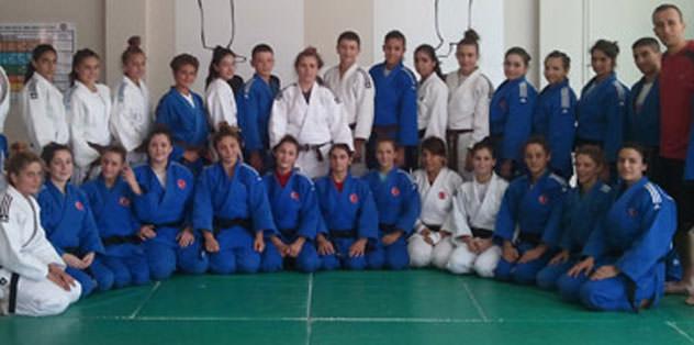 Genç bayan judocular kampa girdi