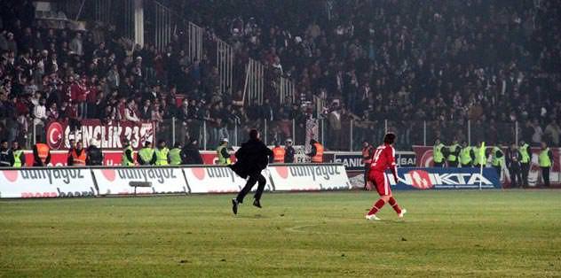Atatürk Stadı tıklım tıklım