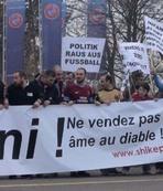 Trabzonsporlu taraftarlar UEFA'y� protesto etti