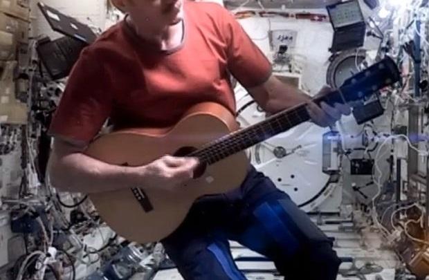 David Bowie uzaydan sesleniyor