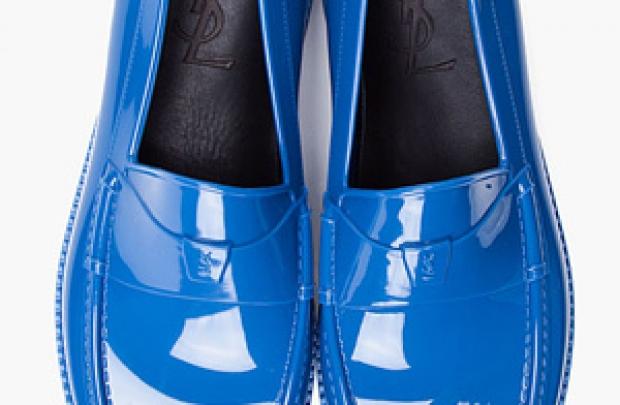Mavi lastik pabuçlar