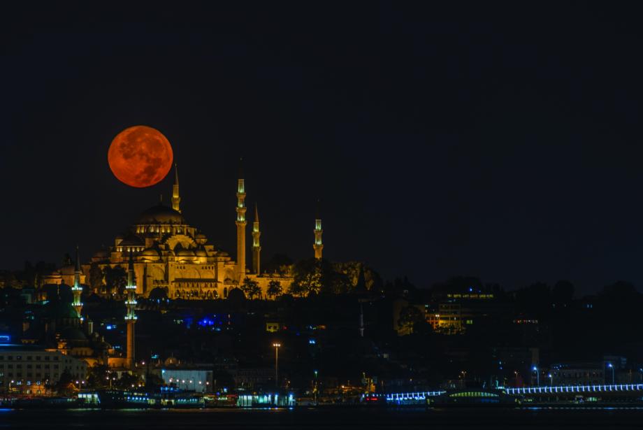 """Saffet Emre Tonguç'un """"İstanbul ve Gece"""" Adlı Kitabı Çıktı"""