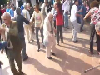 Yaşlı adam dansıyla fenomen oldu