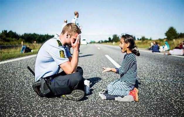 POLİSİN MÜLTECİ KIZLA OYUNU