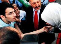 Yardım isteyen engelli Mustafa'nın elini öptü