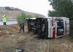 Kars'ta ambulans devrildi: 2 ölü