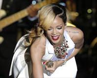 Rihanna tatilde servet harc�yor