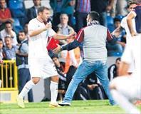 Taraftar sahaya girdi maç 4 dakika durdu