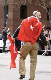 Azeri genç Türk bayrağına saygısızlığı affetmedi!