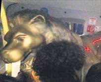 Aslan heykelini götürdüler