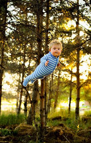 Fotoğraflarda down sendromlu oğlunu uçuran baba