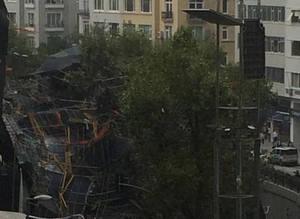 Taksim'de in�aat iskelesi çöktü