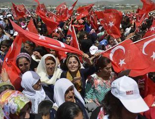 Yüksekova'da halk PKK'n�n tehditlerine boyun e�medi