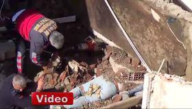 Belediye işçileri yıkılan duvarın altında kaldı