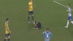 Sakatlanan hakemin spreyini alıp etrafını çizen futbolcu