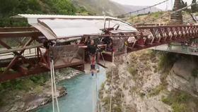 Çılgınca bungee jumping yapan insanlar