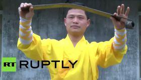 Matkaba kafa atarak güç gösterisi yapan kungfu ustası