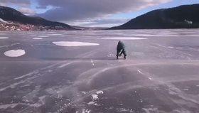 Ağaç kesme motorunu kullanarak buzda kaymak