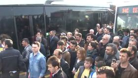 İstanbul'da feci kaza! Metrobüs yoluna uçtu!