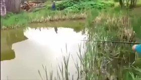 Gölden yakaladığı balığı bakın kime kaptırıyor