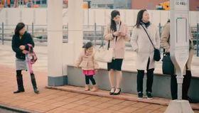 Çocukların cüzdanlarını düşüren insanlara tepkileri