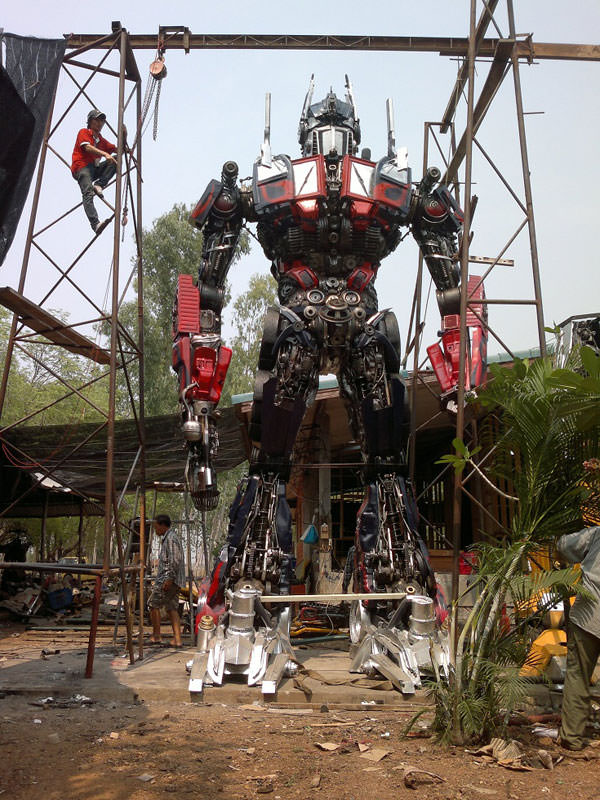 Eski araba par�alar�ndan Transformers robotlar�n� yapt�