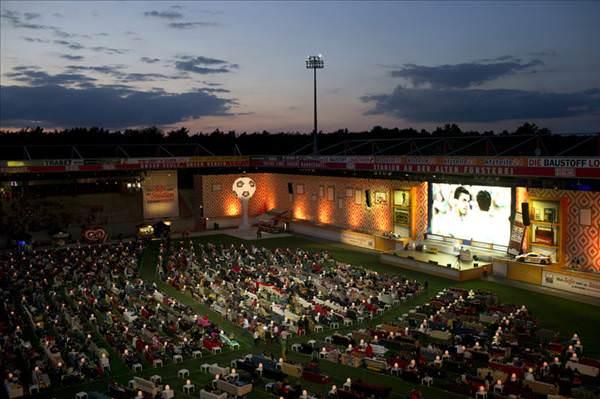 Berlin'de stadyumu 750 koltuklu ve 700″ TV'li oturma odas� yapt�lar