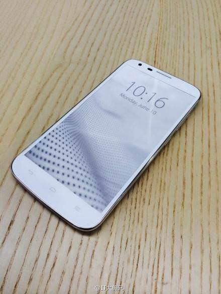 Bir parmak izi okuyuculu telefon da Huawei'den