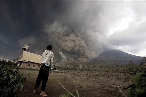 Endonezya'daki �l�mc�l yanarda� patlamas�ndan 10 korkutucu foto�raf
