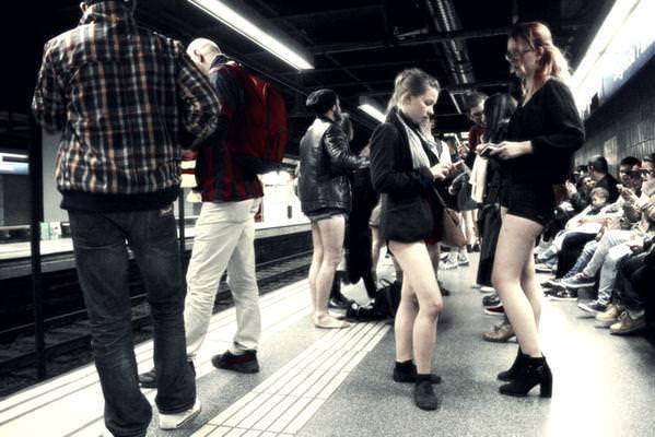 Pantolonsuz metro g�n�nden renkli g�r�nt�ler