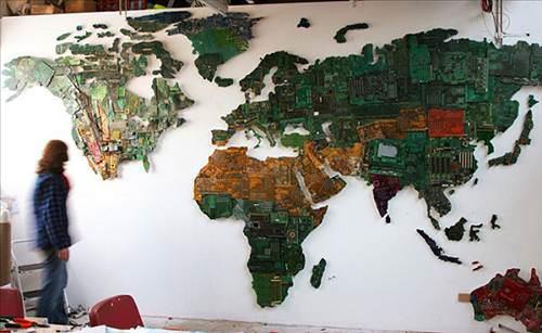 Bilgisayar par�alar�ndan d�nya haritas�