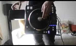 Portatif DJ setiyle �al�yor