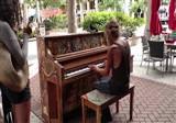 Sokakta piyano �alan evsiz adam internetin yeni fenomeni oldu