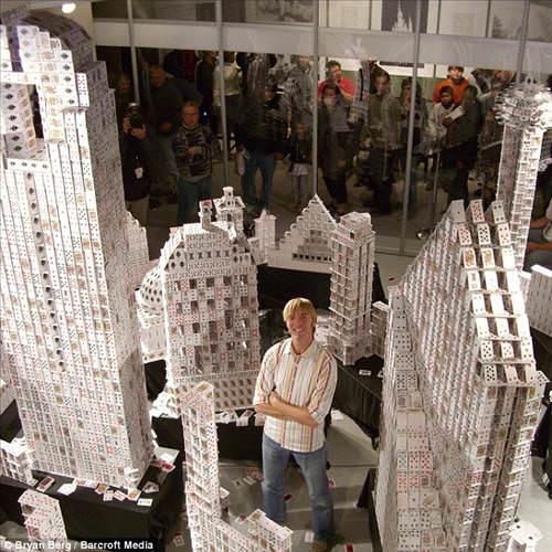 İskambil kartlarından 7 metrelik bina yapıyor!