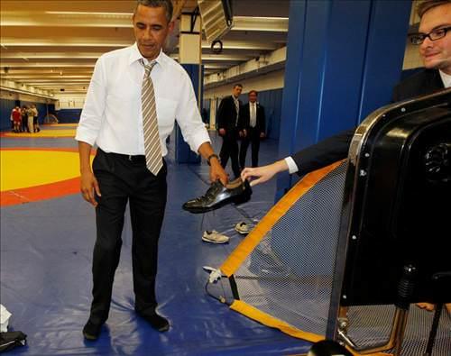 Obama kösele ayakkabıları çıkardı, çoraplarıyla poz verdi