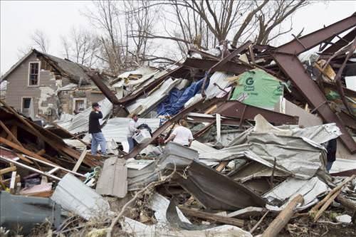Tornado kasabayı dümdüz etti