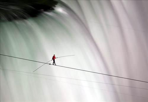 Niagara'yı ip üzerinde yürüyerek geçti!