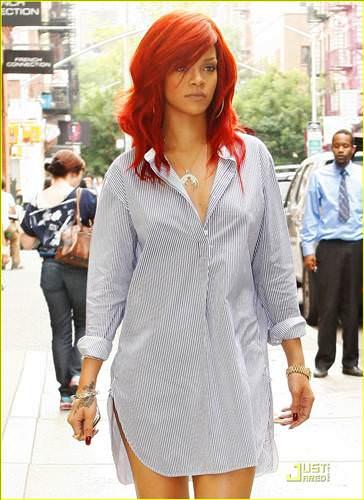 Rihanna pantolon giymeyi unutmuş!