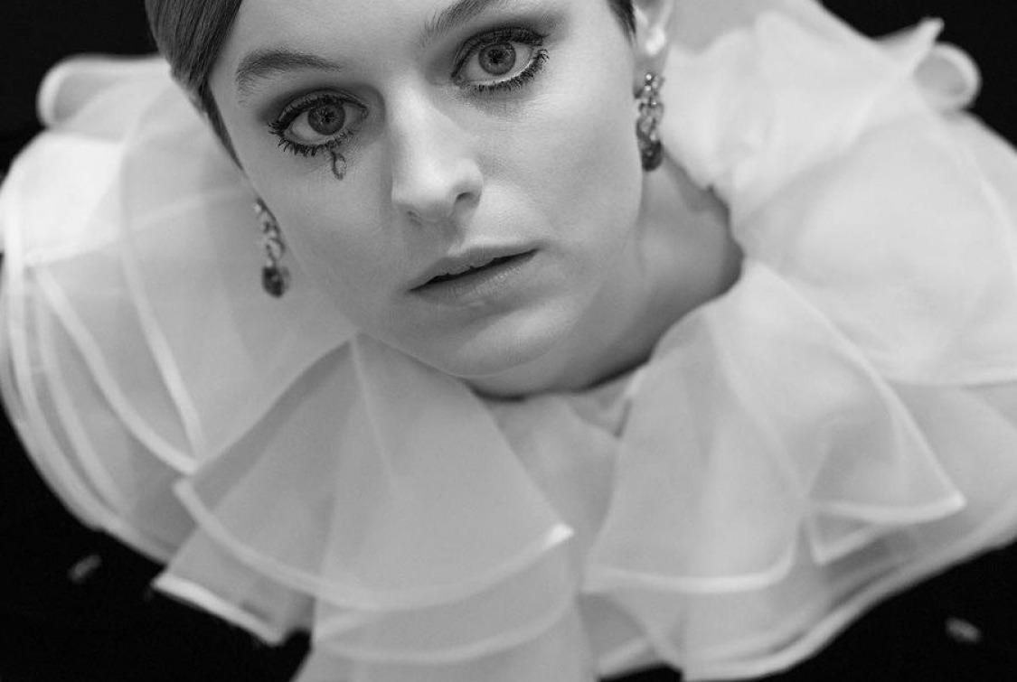 Emma Corrin'in Nostaljik Altın Küre Stili