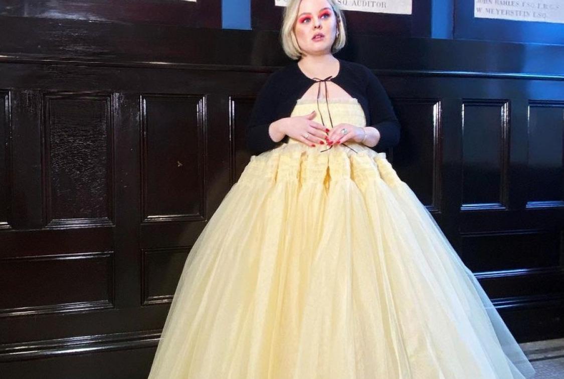 Nicola Coughlan'dan Golden Globe Elbisesiyle Bridgerton Selamı