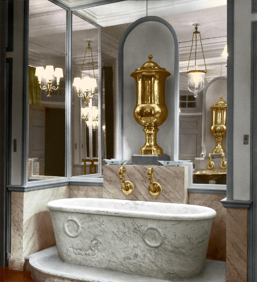 Direktörlük ve İmparatorluk belgeleri üzerinde çizim yapan, Dior ve mimar André Svetchine, özel kuğu boyunlu musluklar, yapay mermer duvarlar, simetrik ve aynalı bir banyo için antika bir mermer küvet ve pirinç su sarnıçları tedarik etti.