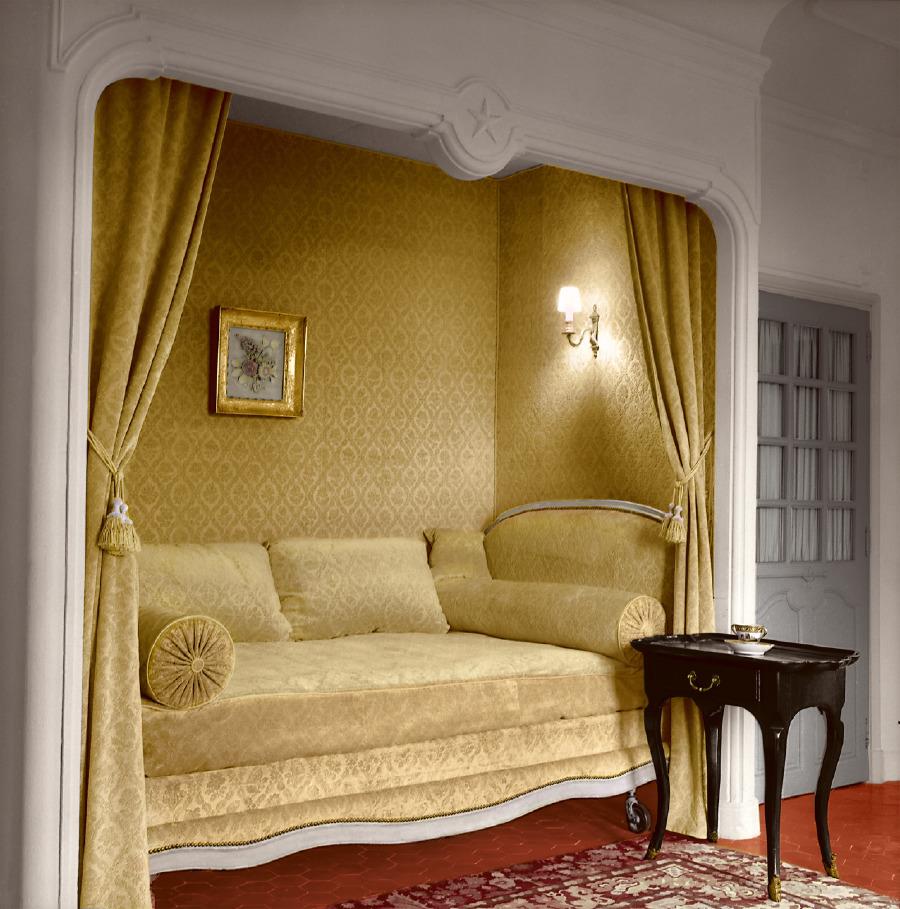La Colle Noire'deki Dior'un yatak odasında kireçli beyaz duvarlar, sade gri döşemeler ve ışıldayan terra-cotta zeminlerle keten nevresimler kullanılmıştır. Bay Dior, Granville'deki çocukluğundan beri perdeli ve oyuk yataklarda güvenlik arayışındaydı.