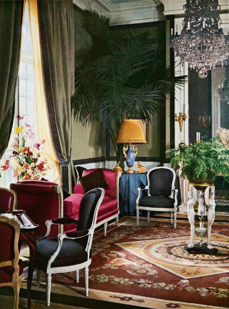 Paris'in 16. bölgesinde, Boulevard Jules Sandeau'da Christian Dior'un köşkünün iç kısmı. Geffroy tarafından dekore edilmiş odada antika bir Aubusson halı ve bir Sèvres bir vazo bulunmaktadır.