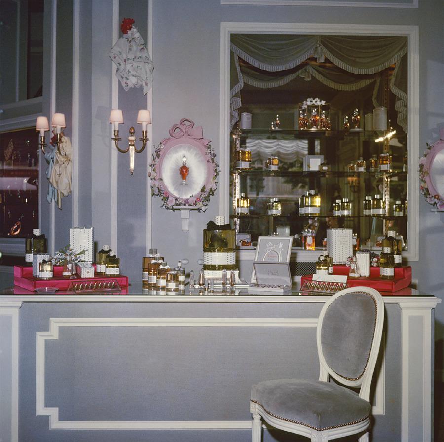 Parfüm Butiği, Şişe ve ambalajda Dior'a ait tasarım bilgisi vardır. Dior'un mesajı: 'Kusursuz, zarif ve unutulmaz.'