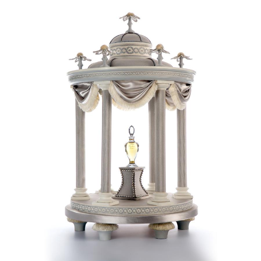 Marie Antoinette'in Versay'daki Aşk Tapınağı'nı çağrıştıran bir parfüm sunumu.